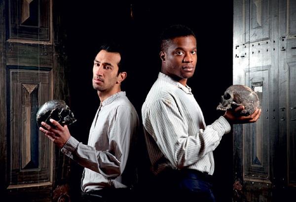 Naeem Hayat e Ladi Emeruwa, que dividem o papel de Hamlet (crédito: Bronwen Sharp/Divulgação)