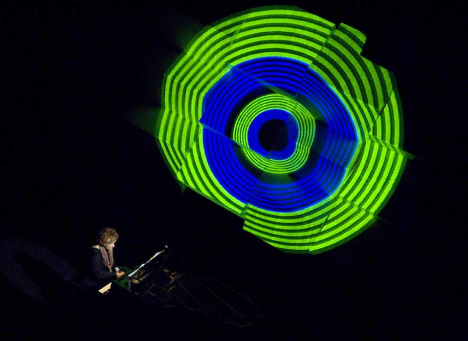 Clara Sverner ao vivo: espetáculo de música e imagem