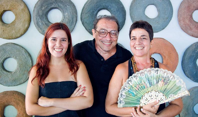 Ruy Castro entre a enteada Julia e a mulher, Heloísa: livro adaptado para o teatro / Divulgação