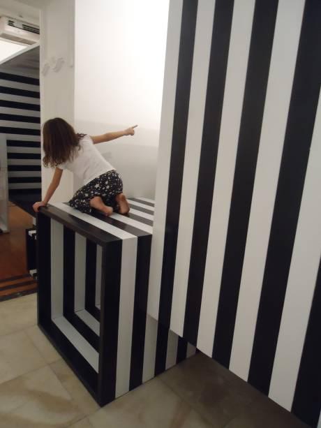 Obra de Eduardo Coimbra: cubos vazados criam novas áreas e caminhos na Galeria Laura Alvim