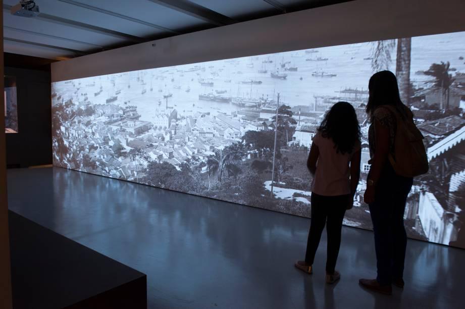Visitantes diante do telão: a projeção passeia por fotos ampliadas