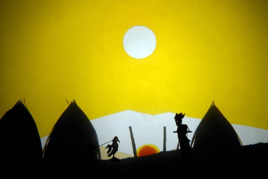 O Pássaro do Sol:  teatro de sombras narra a história de um jovem que se transforma em pássaro para ir ao céu e roubar as chamas do palácio do Sol
