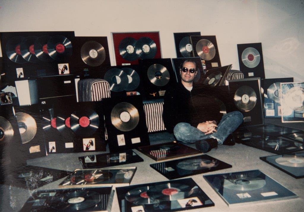 Registro antigo da montagem da galeria: Liminha coleciona dezenas de discos de ouro e platina produzidos por ele
