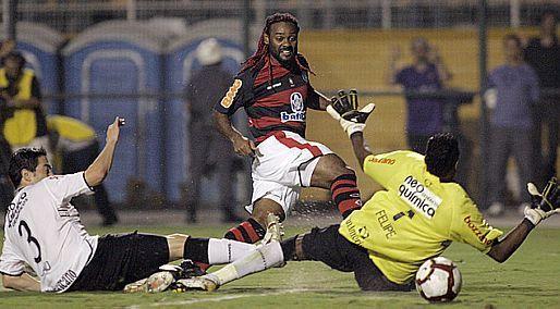 Vagner Love marcou no atual goleiro rubro-negro o gol que classificou o Flamengo contra o Corinthians na Libertadores de 2010