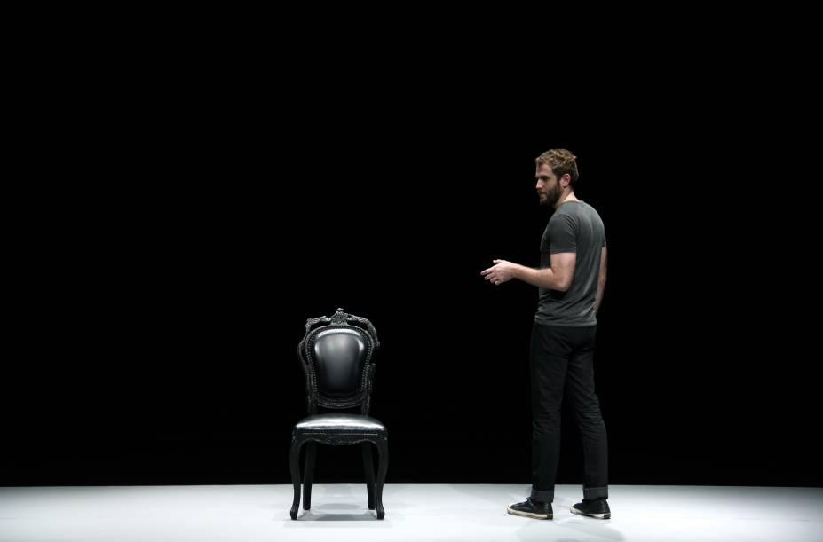 Emanuel Aragão em cena: releitura de Hamlet