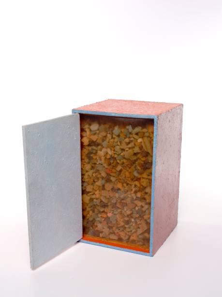B25 Bólide Caixa 14: acrílica sobre madeira e espelho com vidro e flocos de espuma, de Hélio Oiticica