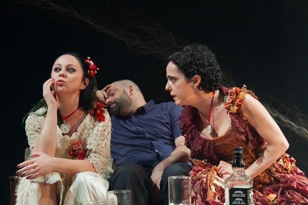 Guta Stresser, Rodrigo Penna e Sílvia Buarque em Ideia Fixa, uma das peças na campanha (crédito: Nil Caniné)