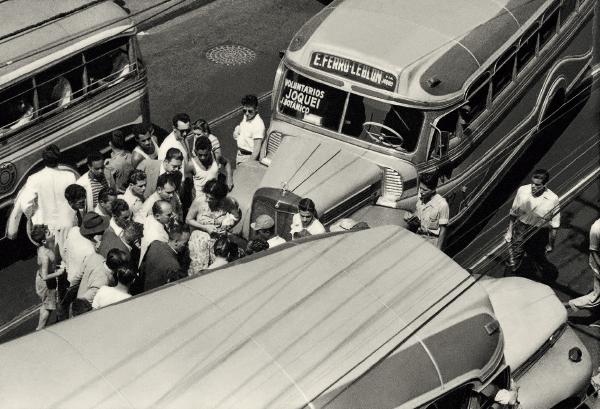 A confusão causada pela colisão de ônibus, em 1958