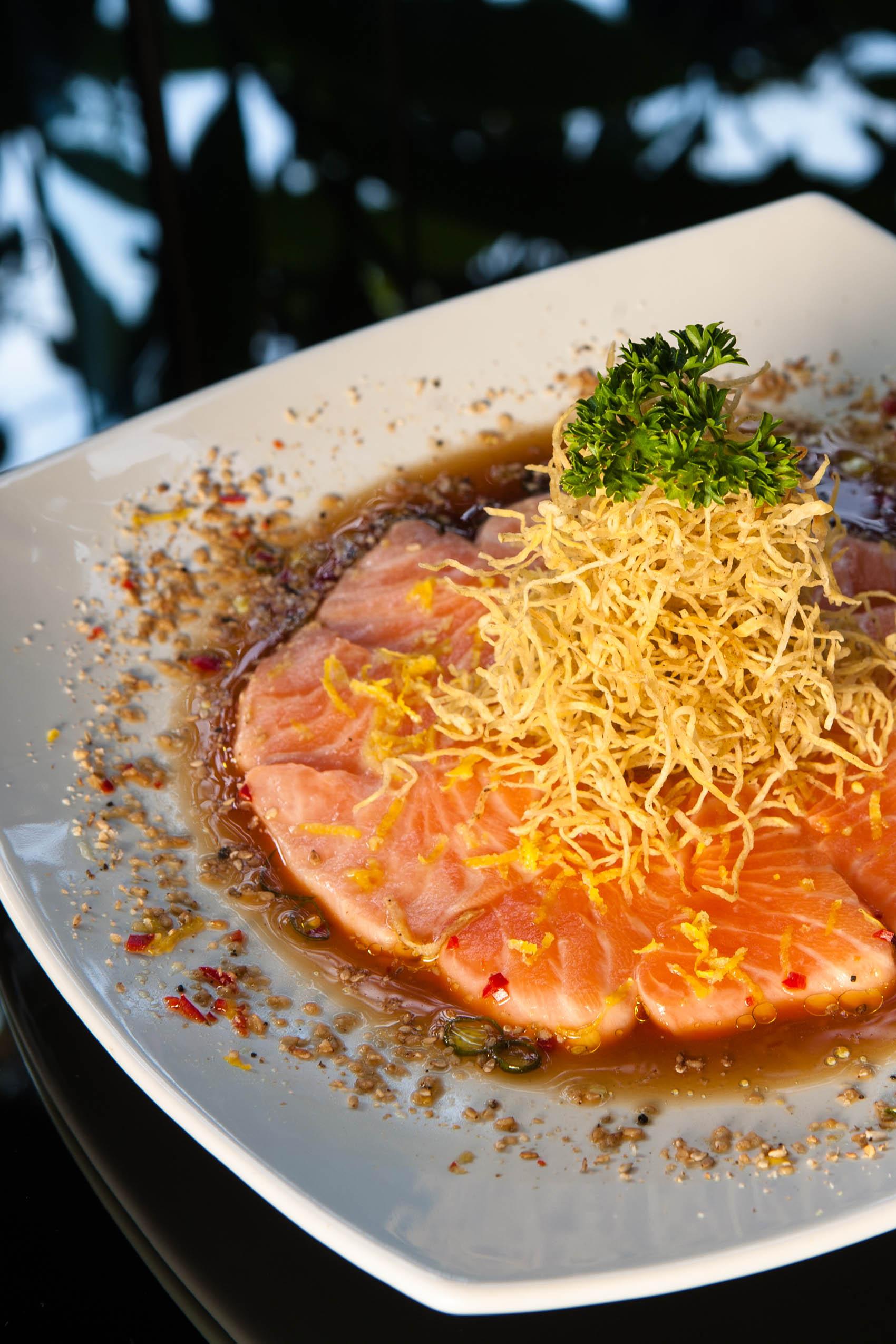 Ussuzukuri de salmão com crispi de batata doce, molho de siciliano com toque de de azeite trufado e majericão