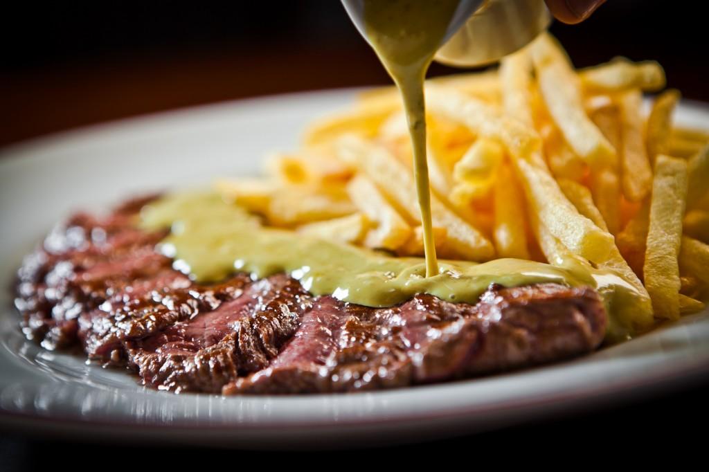 Contrafilé, molho e batata frita: o prato do L'entrecôte de Pais