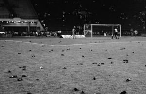 Cenário deprimente após a chuva de garrafas que antecipou o encerramento do jogo pela Libertadores de 1991