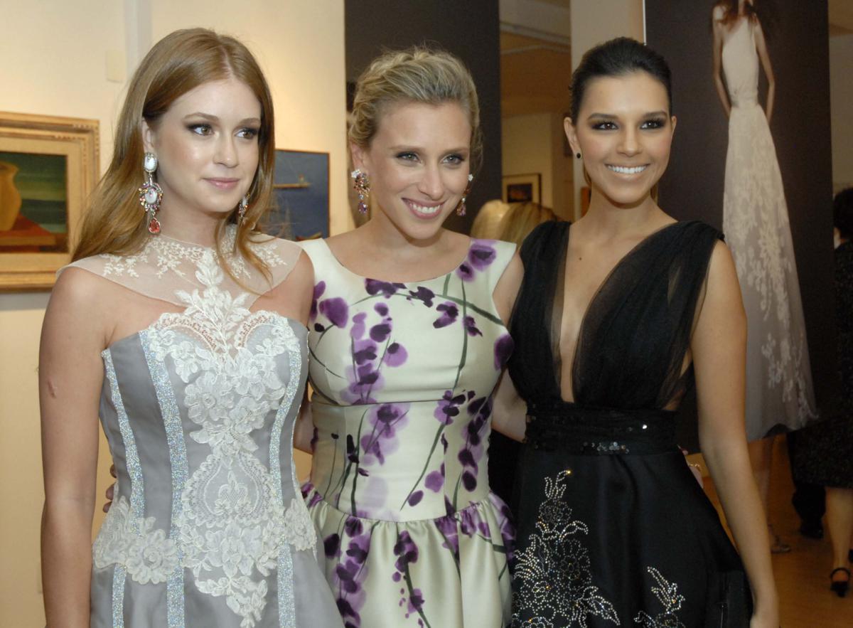 A estilista Lethicia Bronstein (no meio) cercada por duas clientes: Marina Ruy Barbosa e Mariana Rios