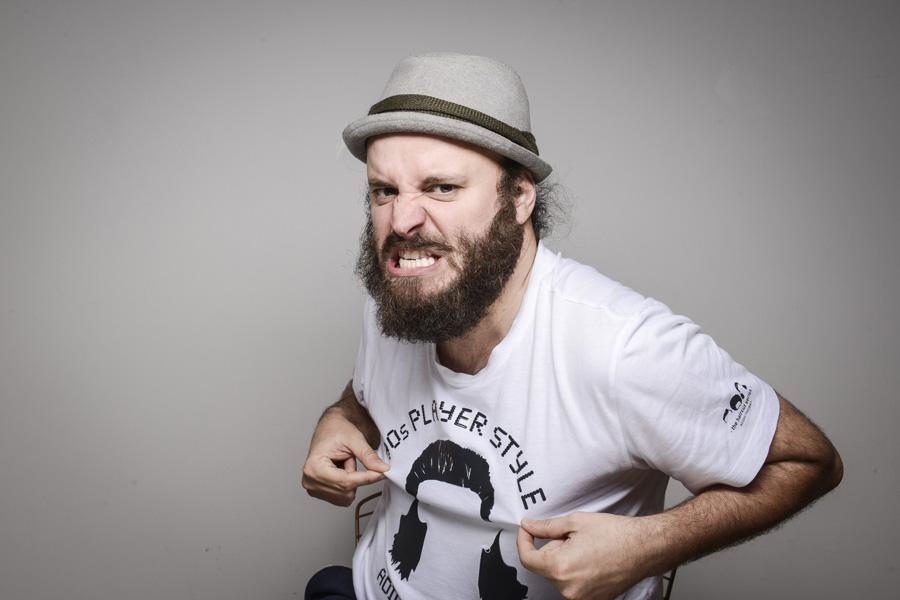 Paulinho Serra: stand-up inclui comentários sobre a vida do comediante