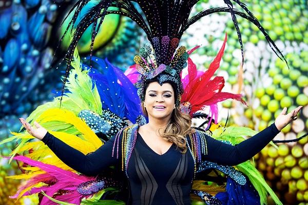 Preta Gil com adereços de Carnaval