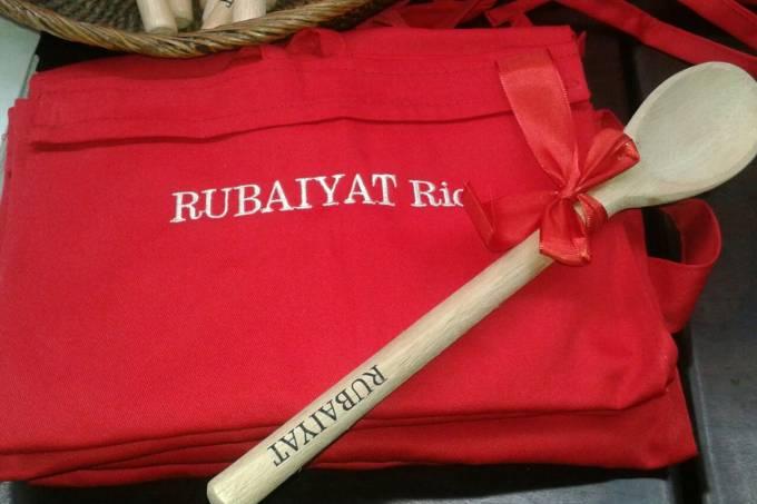 rubaiyat-rio_avental-e-colher-de-pau-pequeno-chef_divulga%c3%a7%c3%a3o-01