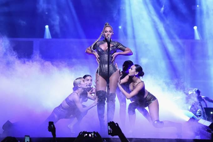 A musa do pop com dançarinas em uma de suas apresentações apoteóticas: inspiração para o Carnaval carioca