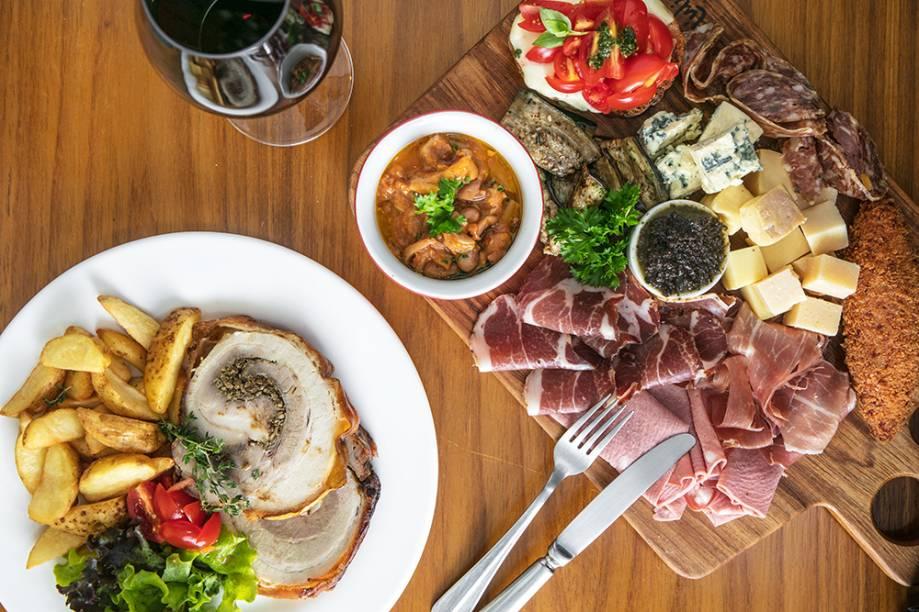 Bruschettas de tomate, mussarela e pesto, fettuccine alla norcina, antipasto all'italiana, lasanha à bolonhesa e porchetta