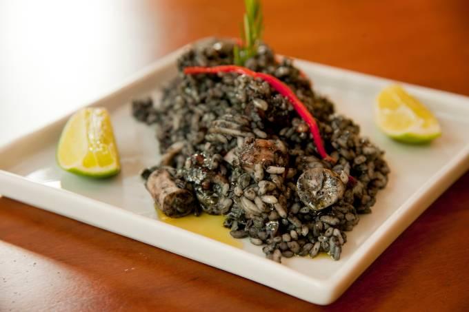 venga_paella-arroz-negro_credito-romulo-fialdini