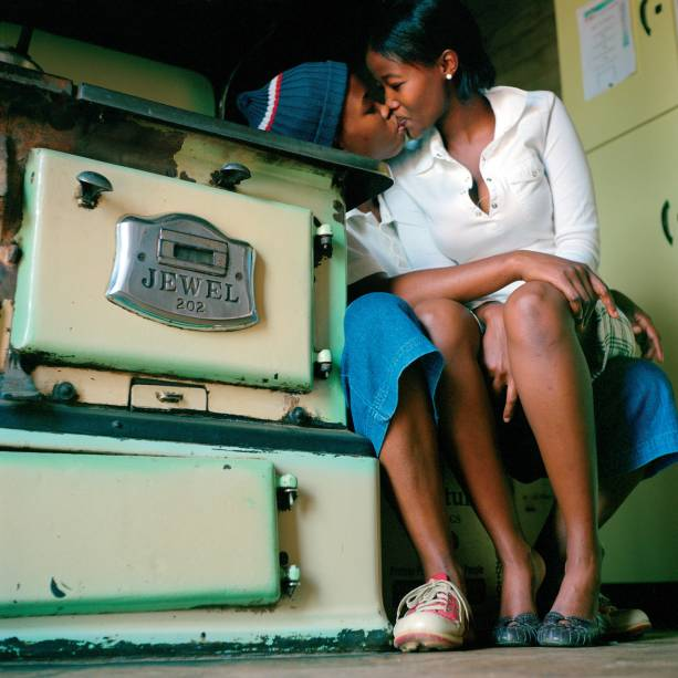 Katlego and Nosipho (2007), de Zanele Muholi: coletiva evoca questões familiares