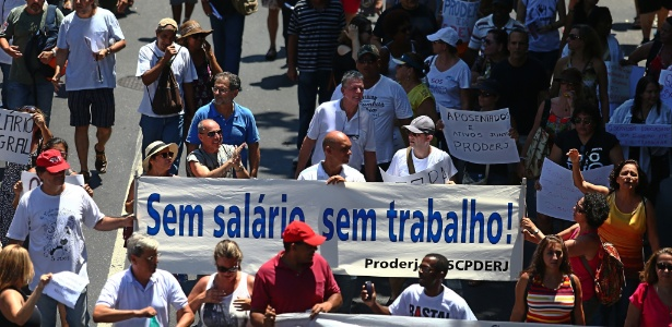 Servidores do Estado do Rio de Janeiro participam de protesto contra o atraso no pagamento de salários e pensões para o funcionalismo público