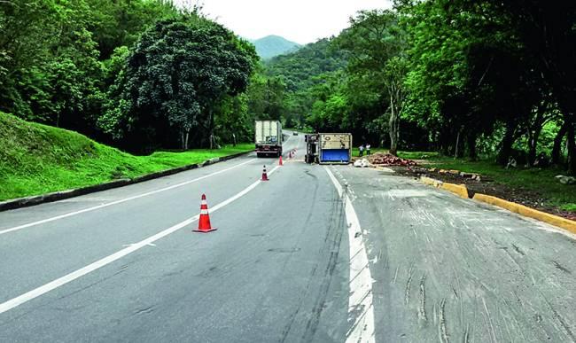Descida radical: caminhões com cargas pesadas em direção ao Rio se envolvem constantemente em acidentes