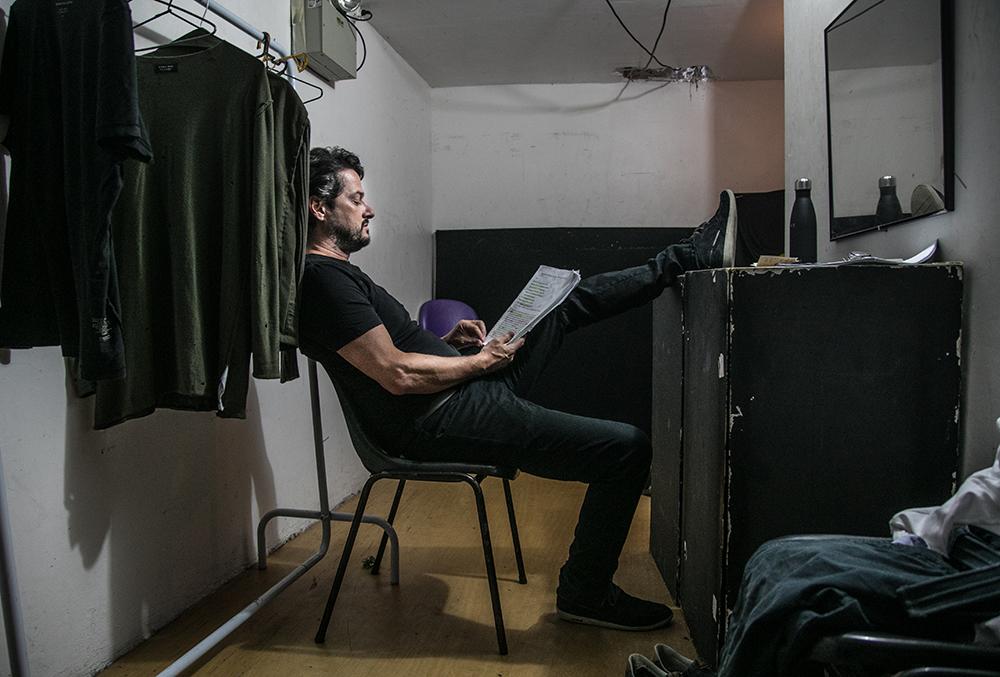 """Sozinho no camarim, Marcelo Serrado elogia a produção enxuta de Os Vilões de Shakespeare: """"Com um microfone na mão, posso me apresentar em uma praça"""""""