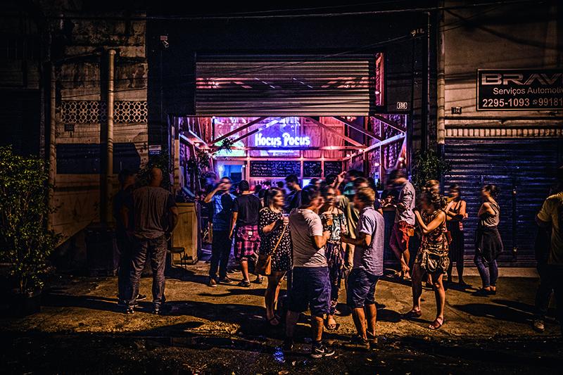 Uma noite na Hocus Pocus DNA: rua sossegada e burburinho na calçada