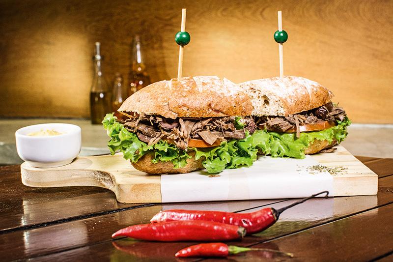 Sanduíche de carne assada: R$ 30,00 com uma Therezópolis Gold