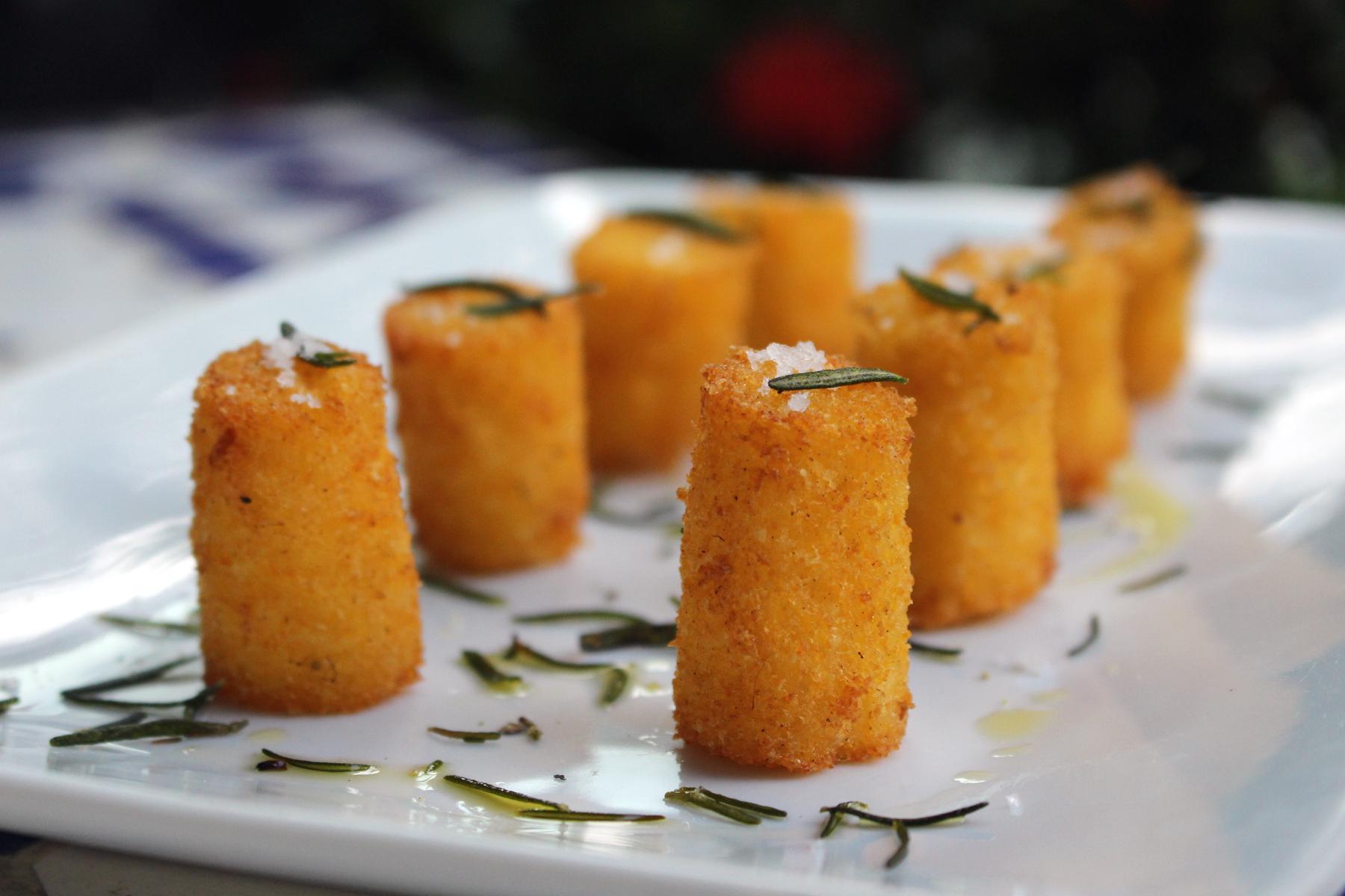 Minipolenta com azeite trufado, alecrim e flor de sal: no manu para a happy hour