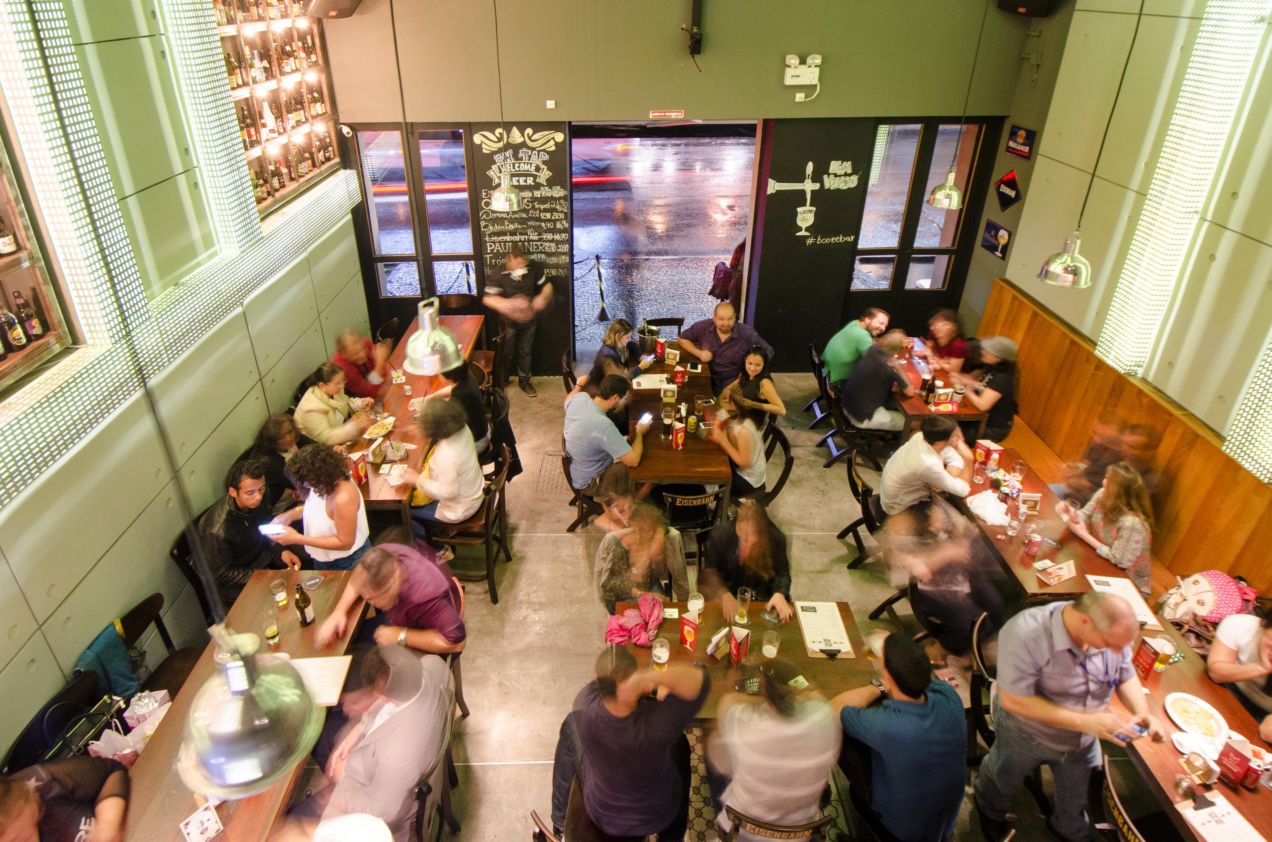 O Booze Bar, na Lapa, vai ter uma chopeira do lado de fora para os foliões