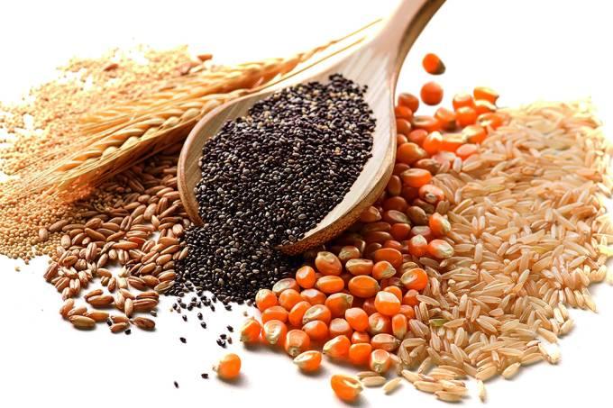 Grãos de quinoa, trigo, centeio, chia, milho e arroz.