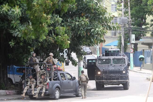 Policiais em operação em Cordovil, na Zona Norte:  alerta para confrontos