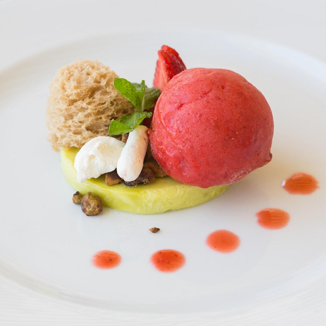 Cemoso de pistache com bolo esponja e sorvete: atração do Varanda Cigalon