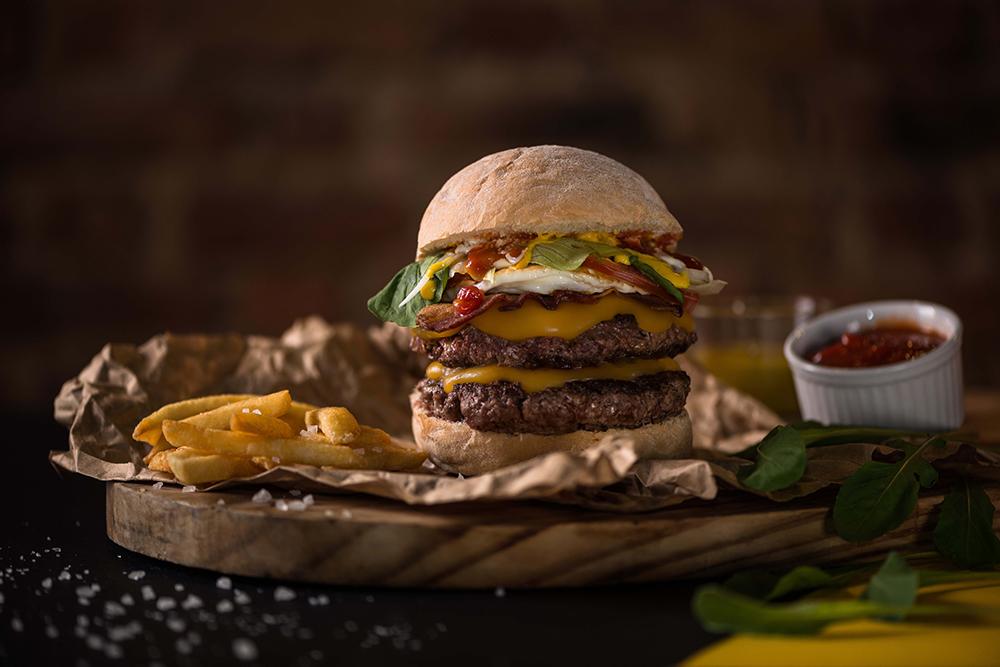 Double cheeseburger com bacon e ovo