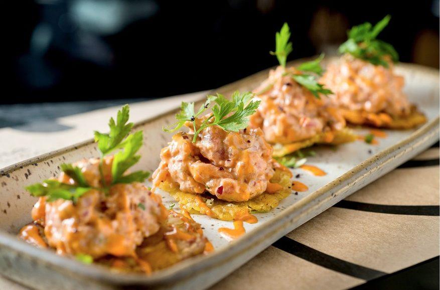 Picadito munay: atum com leite de tigre e banana-da-terra
