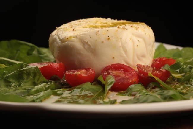 Burrata com rúcula e tomate cereja