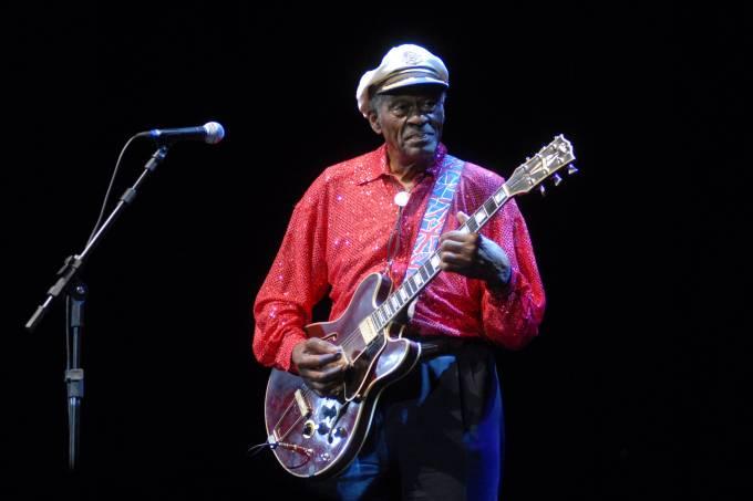 Chuck Berry tocando a sua guitarra Gibson ES-335, em show no Vivo Rio.