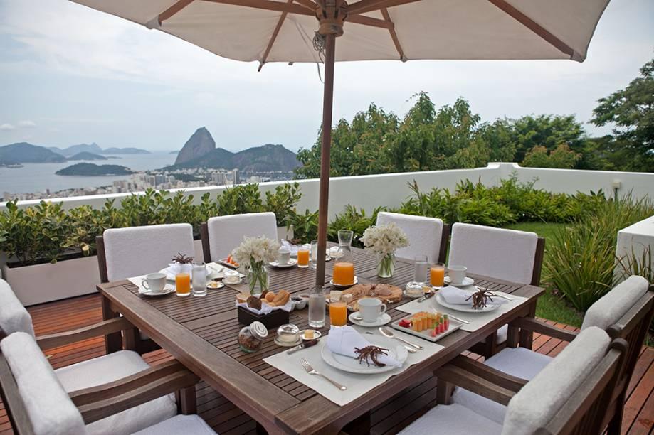 O café da manhã pode ser servido no jardim, que tem vista espetacular