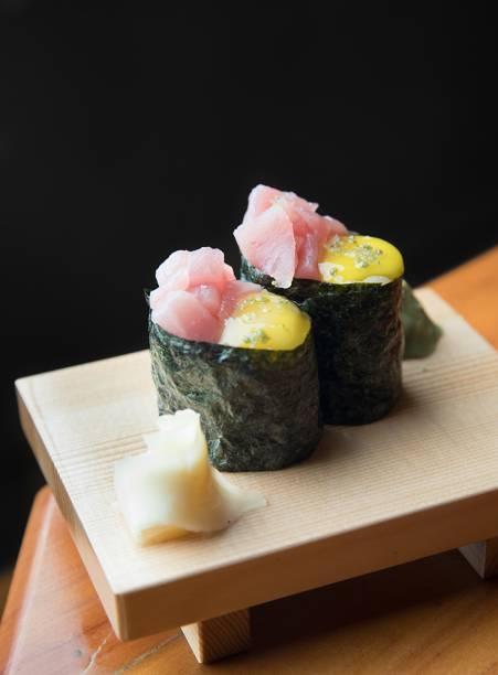 Dupla de gunkan de atum com ovo de codorna (R$ 16,00)