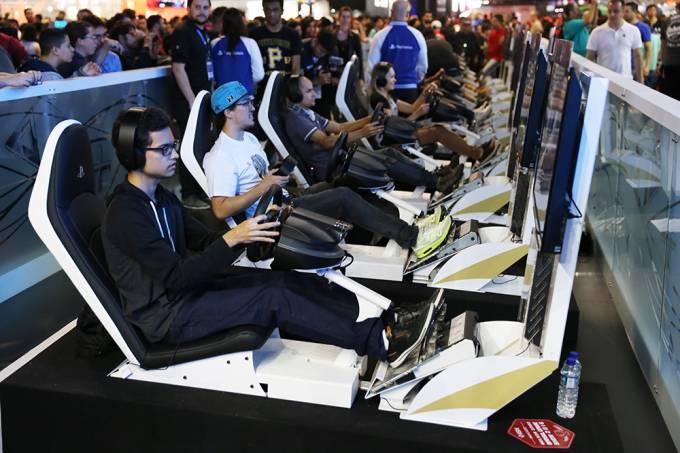 Visitantes do Brasil Game Show, em São Paulo, no ano passado: simuladores também serão oferecidos no Brasil Game Cup, filhote carioca da feira