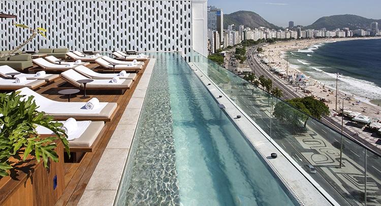 O rooftop: áreas comuns, como a piscina, têm vista espetacular para o mar