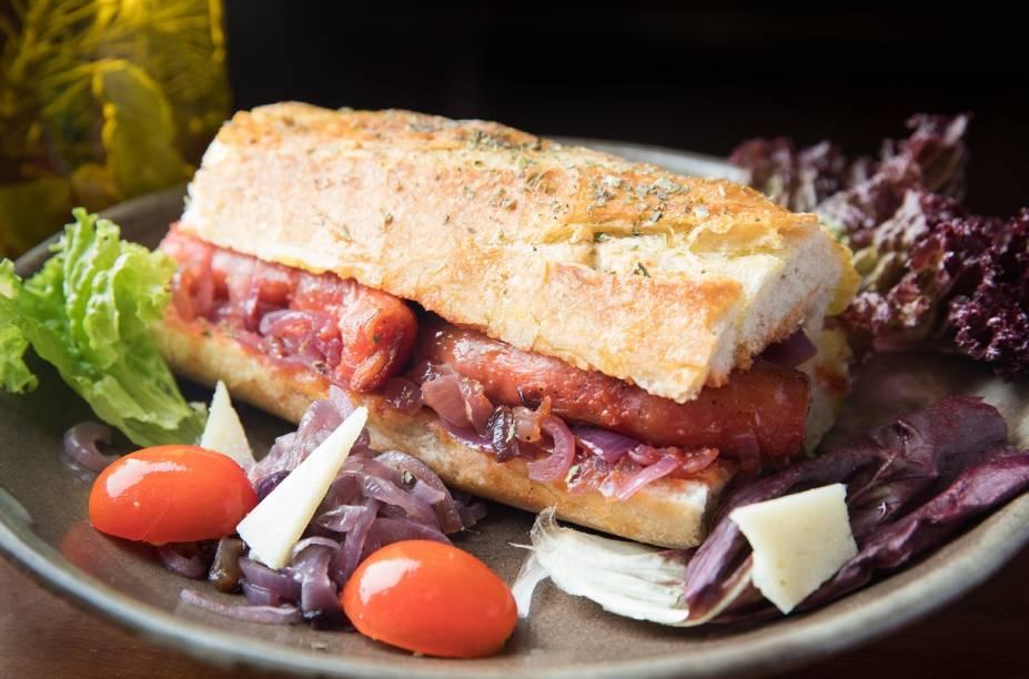 Sugestão do menu de sanduíches, com linguiça, cebola roxa e ketchup artesanal