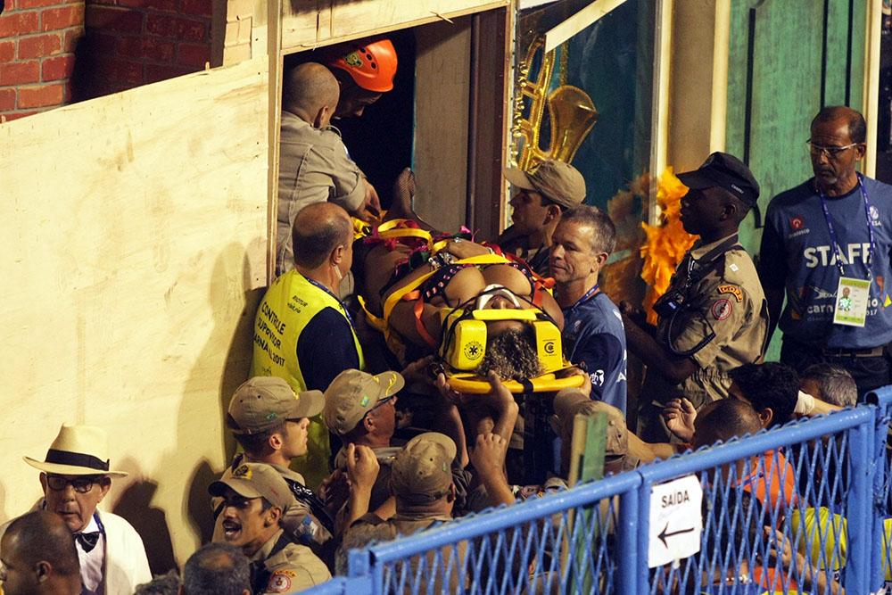 Acidentado sai carregado por maca no desfile da Unidos da Tijuca