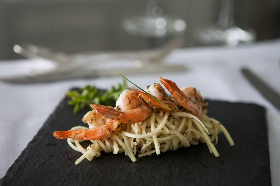 Camarão grelhado e espaguete de pupunha: uma dica de entrada