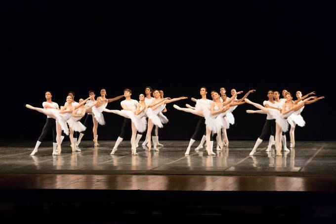 Alunos da Escola Estadual de Dança Maria Olenewa 8 – high – 14-07-2015 – Crédito Júlia Rónai
