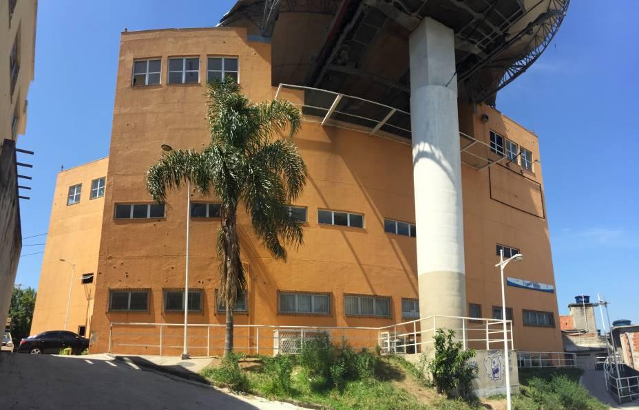 Parede laterald a Estação Itararé, onde funciona a delegacia: marcas de tiro por todo lado e janelas quebradas