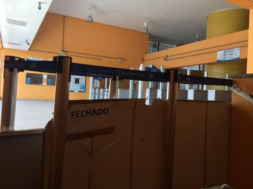 Materiais improvisados fecham o acesso a onde ficam as roletas na Estação Itararé