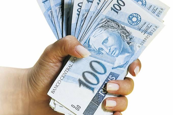 maço de notas de cem reais dinheiro