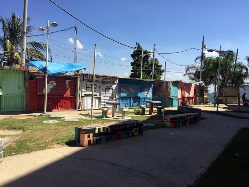 Barracas fechadas após o fim da feirinha de artesanato no entorno da Estação Palmeiras