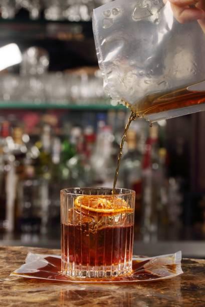 Invenção do barman Daniel Milão, o packed paris (R$ 43,00) é uma experiência. A mistura de cachaça Leblon Merlet, Angostura Orange e licores Amaro Averna e Chartreuse é finalizada com tangerina desidratada e selada em um recipiente plástico para acentuar o sabor da fruta. Na hora, o sachê é aberto e o líquido despejado no copo. Às quintas e sextas, de 17h a 20h, a bebida sai pela metade do preço.